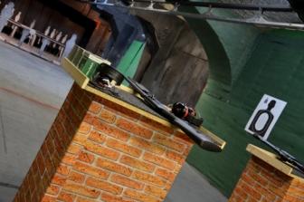 detail zbraně na střelnici